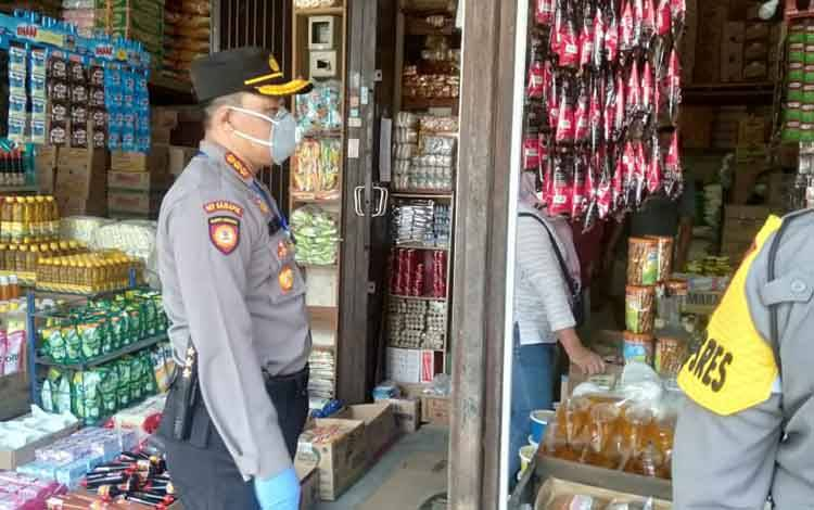 Kapolresta Palangka Raya Kombes Dwi Tunggal Jaladri saat mengecek ketersediaan dan harga sembako di pasar besar Kota setempat, Senin 6 April 2020.