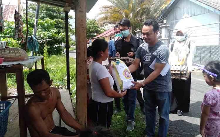 Karang Taruna Kabupaten Seruyan menyerahkan bantuan kepada warga kurang mampu