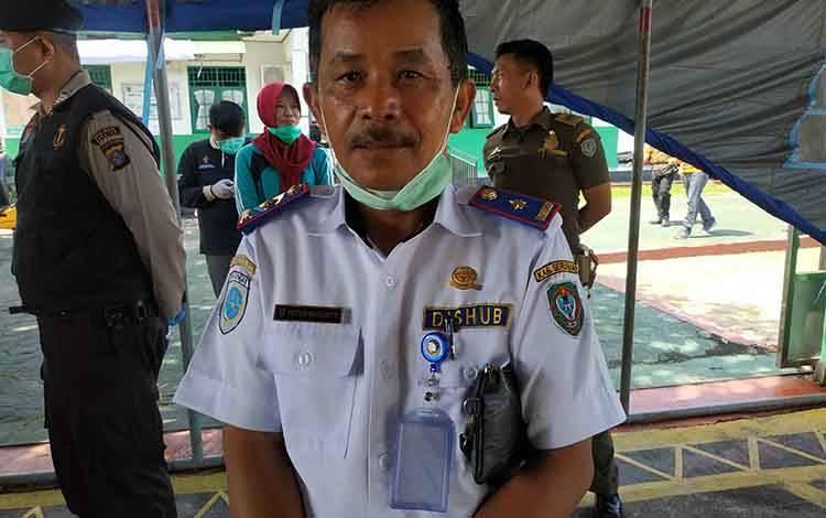 Kepala Dinas Perhubungan Kabupaten Seruyan, Pieter Manginte saat berada di posko pemantauan pencegahan covid-19