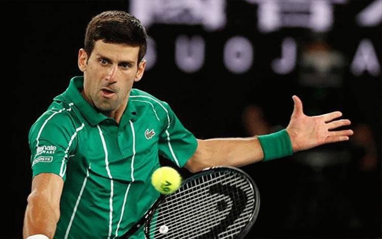 Novak Djokovic beraksi saat pertandingan melawan Dominic Thiem dalam Final Tunggal Putra Australia Terbuka di Melbourne Park, Melbourne, Australia, Ahad, 2 Februari 2020. Novak sudah mengoleksi 16 gelar juara Grand Slam sebelum bertanding pada final Australia Terbuka 2020. REUTERS/Issei Kato