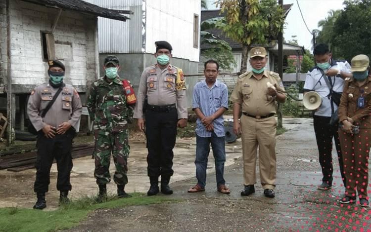 Tiga pilar Kecamatan Murung yang terdiri Camat Murung, Kapolsek Murung dan Danramil 07 Puruk Cahu saat melakukan sosialisasi dan monitoring disejumlah desa.
