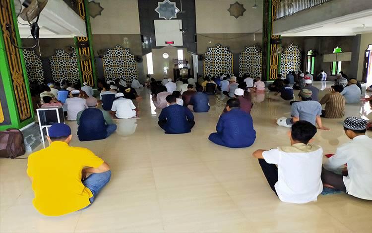 Suasana salat Jumat di salah satu masjid di Sampit saat masih zona kuning. Tampak jemaah menerapkan jaga jarak. Saat ini warga Kotim dilarang beribadah secara berjemaah di rumah ibadah, karena Kotim sudah zona merah.