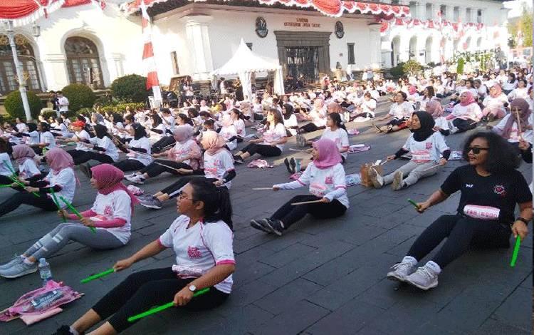 Peserta Beauty Fit@N Fab Run(BFF Run) berolahraga pound fit di pelataran Gedung Sate Bandung, Ahad, 25 Agustus 2019. TEMPO/Anwar Siswadi