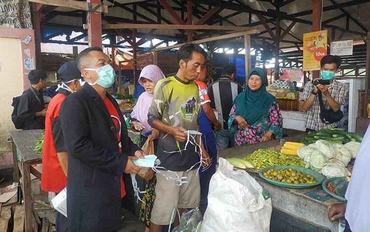 Ketua DPRD Seruyan Zuli Eko Prasetyo saat membagikan masker sekaligus memberi imbauan untuk mencegah penyebaran virus corona.