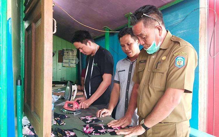 Kepala Disperindagkop Murung Raya, Kariadi saat melihat pembuatan masker kain yang dilakukan oleh pelaku UKM.