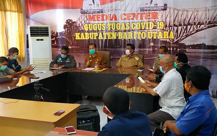 juru bicara covid-19 Kabupaten Barito Utara, H Siswandoyo saat menerangkan status covid-19 dalam press release diruang rapat setda lantai II, Selasa 7 April 2020.