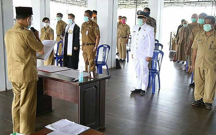 Bupati Seruyan Yulhaidir saat mengambil sumpah janji jabatan pejabat dilingkungan Pemerintah Kabupaten Seruyan