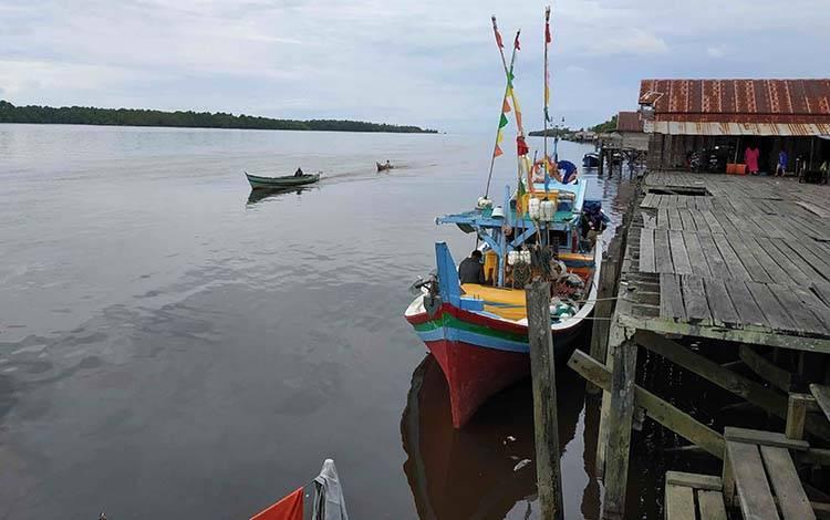Perahu nelayan tambat di Pelabuhan Perikanan Kuala Pembuang, Desa Sungai Undang.