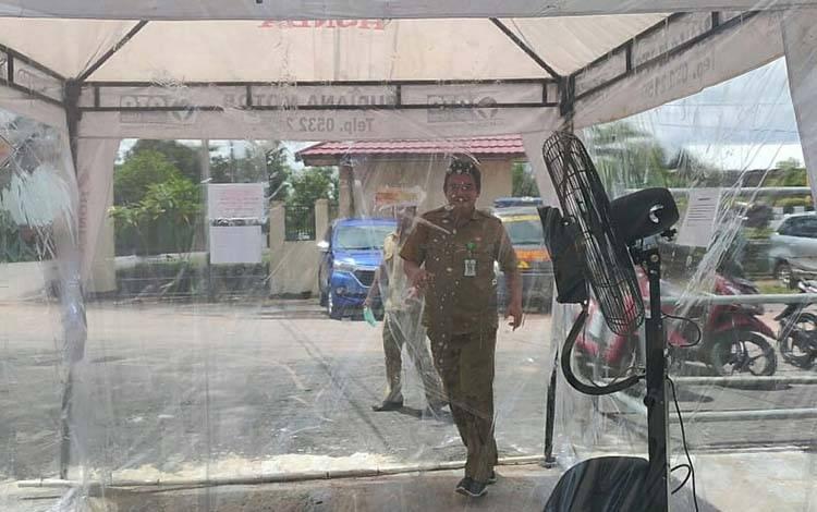 Salah seorang pegawai saat melewati bilik steril berupa disinfeksi di Polres Lamandau, beberapa waktu lalu.