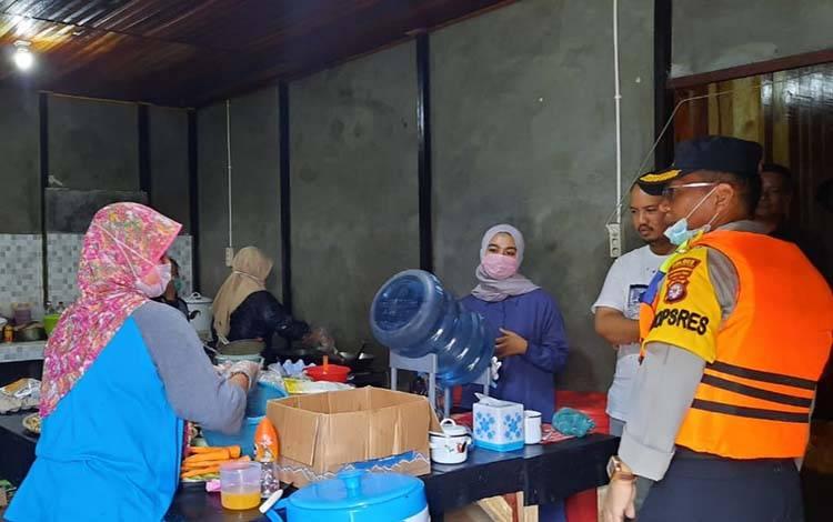 Kapolres Kobar AKBP E Dharma B Ginting mengunjungi Dapur Tepi Arut dan mengapresiasi para relawan di tengah pandemi Covid-19