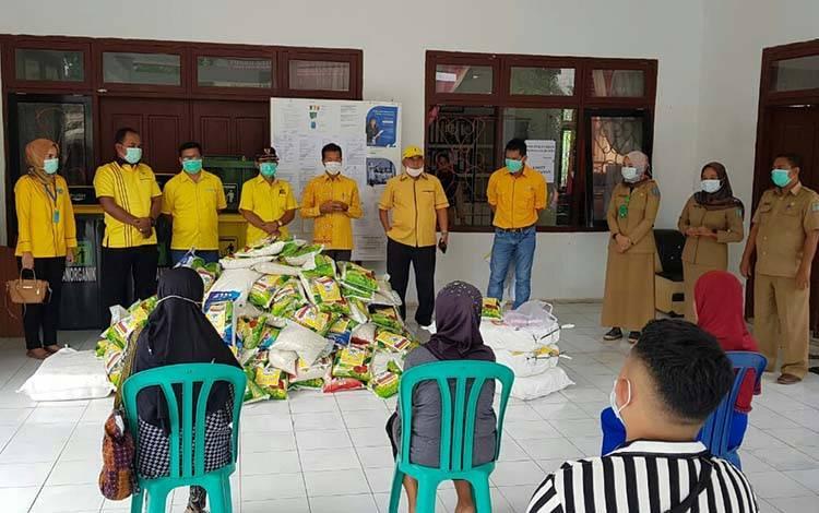 Pengurus DPD Golkar Lamandau menyerahkan bantuan jenis sembako di Kantor Lurah Nanga Bulik, Selasa 7 April 2020