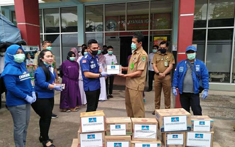 Anggota DPRD Kapuas, Parij Ismeth Rinjani memberikan bantuan suplemen untuk tim medis RSUD dr Soemarno Sosroatmodjo Kuala Kapuas pada Selasa, 7 April 2020