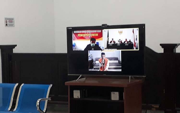 Terdakwa pencurian, Sudarmono, saat menjalani sidang online Pengadilan Negeri Pangkalan Bun, Selasa, 7 April 2020.