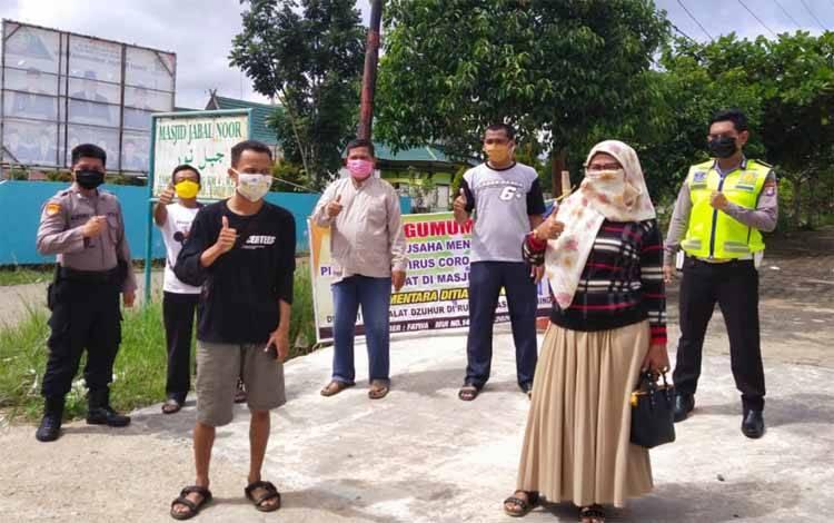Pembagian masker gratis oleh jamaah Masjid Jabal Nur Tamiang Layang