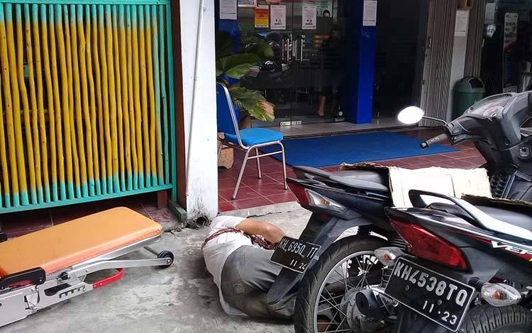 Kakek Ab tergeletak meninggal dunia di depan kantor BRI Cabang Seth Adji, Kota Palangka Raya, Rabu, 8 April 2020.