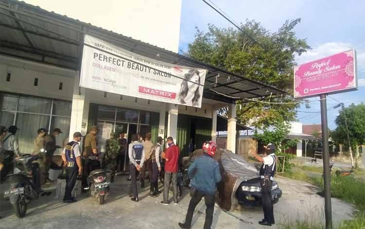 Tim Gugus Tugas Covid-19 Kota Palangka Raya saat menutup kegiatan sementara operasional Salon Kecantikan di Jalan Pangeran Samudera, Rabu 8 April 2020 sore