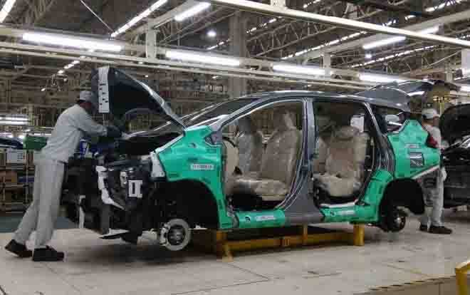 Perakitan mobil di pabrik otomotif. (foto : tempo.co)