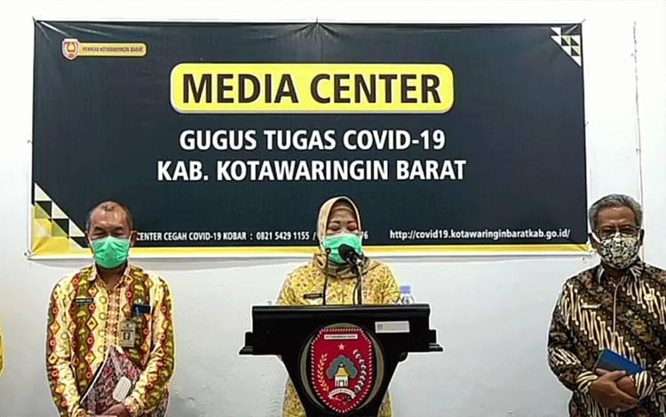 Jumpa pers Bupati Kobar Nurhidayah terkait adanya penambahan pasien positif covid-19 di Kabupaten Kobar, Kamis, 9 April 2020.