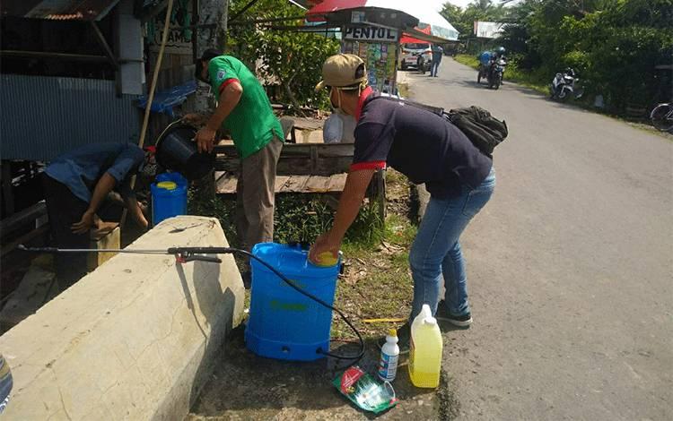 Aparatur Pemerintahan Desa Sei Asam, Kecamatan Kapuas Hilir melakukan penyemprotan cairan disinfektan di desa setempat.