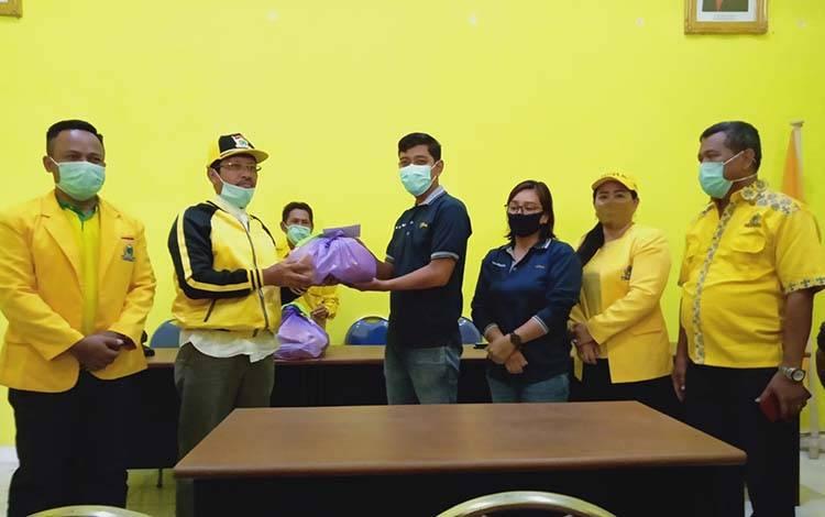 Penyerahan bantuan kebutuhan pokok dari DPD Partai Golkar Barito Timur kepada wartawan.