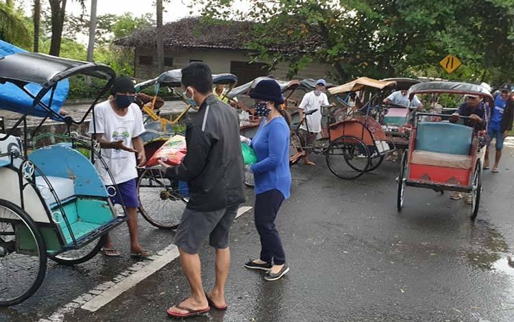 Jemaat Gereja Bethany Indonesia Kapuas menyalurkan bantuan paket sembako untuk warga di seputaran Kota Kuala Kapuas pada Kamis, 9 April 2020