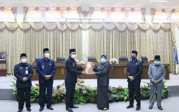 Bupati Barito Utara, Nadalsyah menyerahkan LKPJ 2019 kepada pimpinan DPRD dalam rapat paripurna, Kamis 9 April 2020