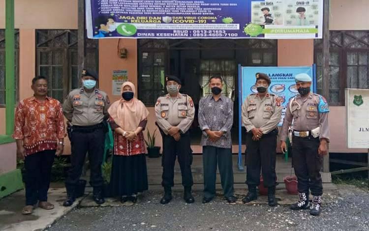 Kapolsek Kapuas Murung Iptu Jimin bersama pegawai Kelurahan Palingkau Baru, Kamis, 9 April 2020
