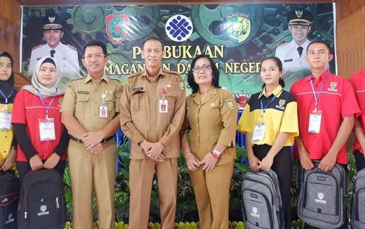 Kepala Dinas Tenaga Kerja Kota Palangka Raya, Mesliani Tara bersama peserta saat pembukaan BLK awal 2020