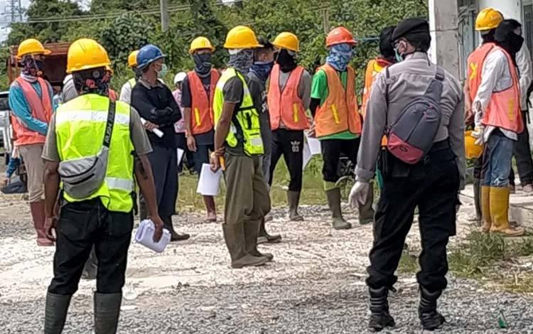 Pegawai PLTU Pulang Pisau saat menunggu giliran pemeriksaan suhu tubuh yang dilakukan oleh Gugus Tugas Covid-19