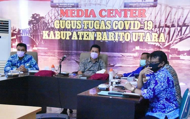 Bupati Barito Utara, Nadalsyah saat mengikuti video conference bersama Mendagri RI, Kamis, 9 April 2020.