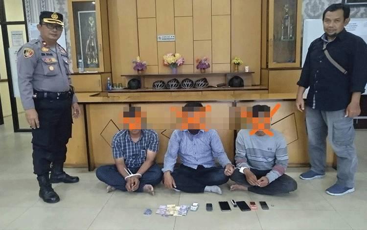 Ketiga pelaku penipuan ditangkap oleh anggota Polsek Pahandut.
