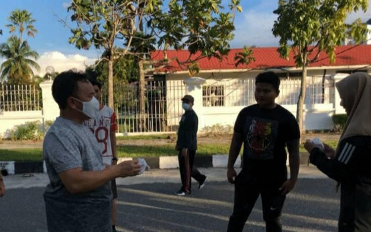 Gubernur Kalteng H Sugianto Sabran membagi masker di sela malaksanakan olahraga, Sabtu, 11 April 2020.