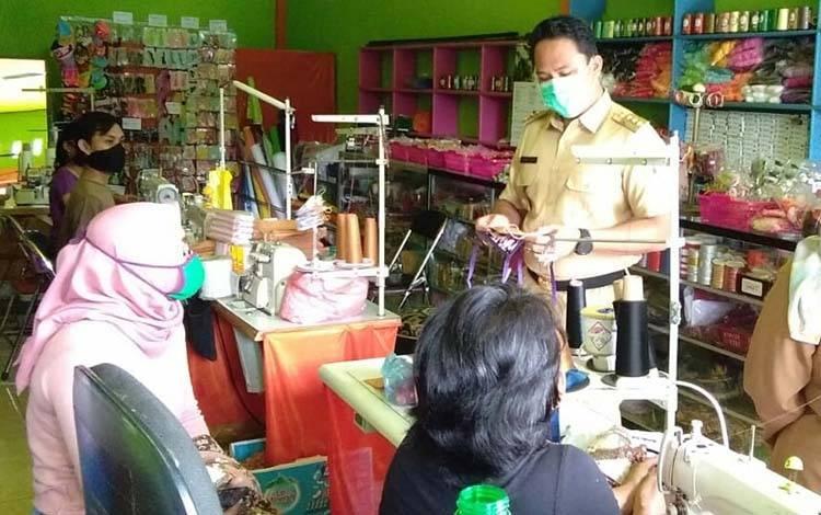 Bupati Hendra saat memantau langsung proses pembuatan masker, belum lama ini.