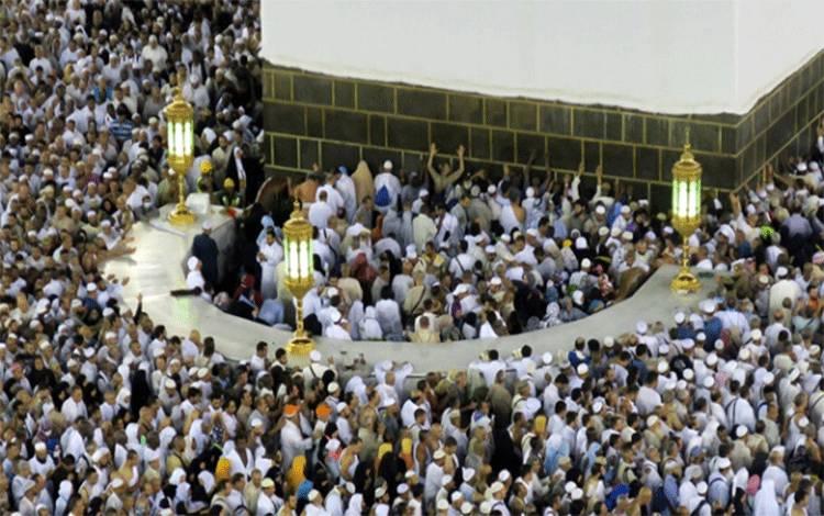 Sejumlah umat Muslim berdesakkan untuk mencium Hajar Aswad saat melakukan tawaf mengelilingi ka'bah di Mekkah, 4 September 2016. (foto : REUTERS)