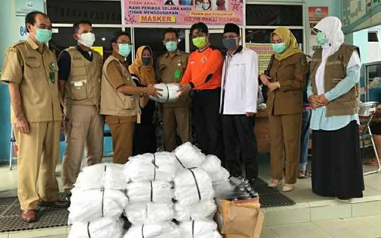 Jajaran DPD PKS Kapuas saat menyerahkan bantuan berupa APD ke RSUD dr Soemarno Sosroatmodjo Kuala Kapuas pada Selasa, 14 April 2020.