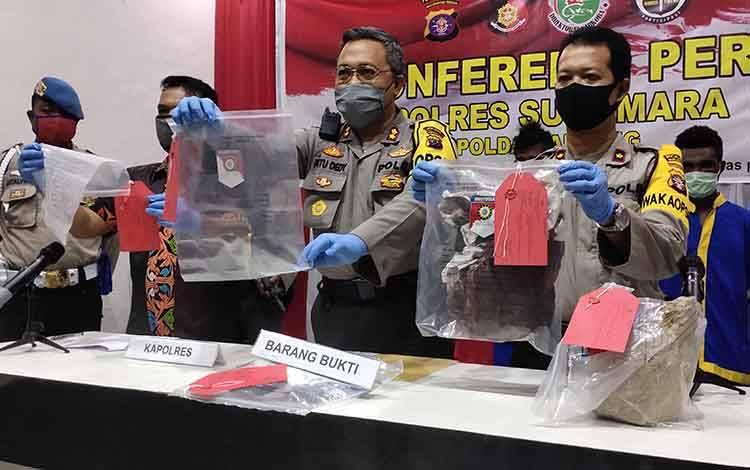 Polres Sukamara saat menggelar konferensi pers pembunuhan di Desa Semantun, Kecamatan Permata Kecubung.