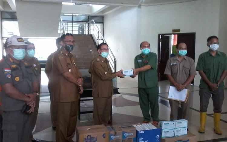 Bupati Katingan Sakariyas menerima sumbangan masker dan APD dari pihak perkebunan kelapa sawit.