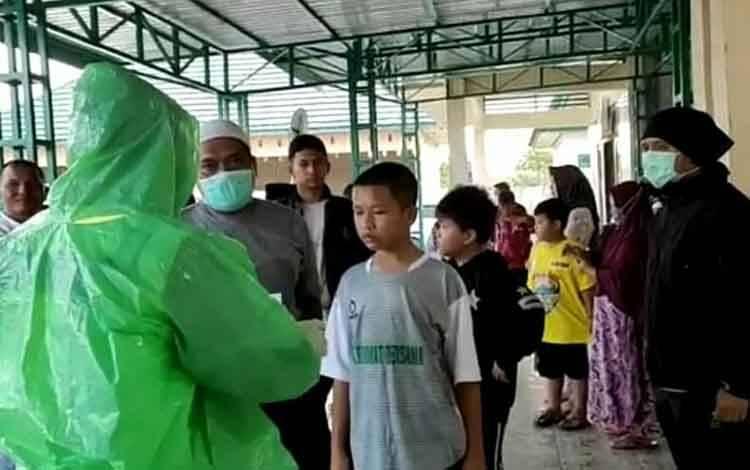 Sejumlah santri Lamandau yang baru pulang dari Kalsel saat tiba di RSUD Lamandau untuk pemeriksaan kesehatan, Rabu 15 April 2020.