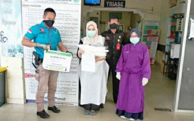 Petugas Satgas Gakkum Polres Kapuas Aipda Moding saat menyalurkan bantuan APD untuk RSUD dr Soemarno Sosroatmodojo Kuala Kapuas.