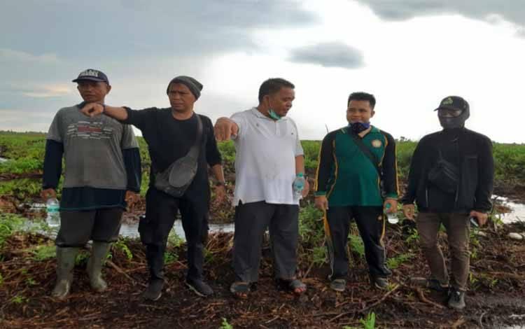 Warga saat turun ke lokasi lahan mereka yang diduga diserobot perkebunan kelapa sawit