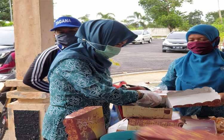 Ketua TP PKK Sukamara, Siti Zulaiha Windu Subagio membantu kegiatan masak di dapur umum Tagana