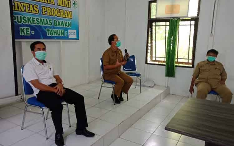Anggota DPRD Pulang Pisau, Tandean Indra Bela dan Kepala Dinas Kesehatan Pulang Pisau Muliyanto Budihardjo saat menenangkan masyarakat Banama Tingang agar tidak panik terkait Covid-19.