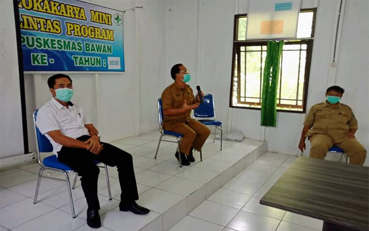Anggota DPRD Pulang Pisau, Tandean Indra Bela (baju putih) saat berkunjung ke Desa Bawan untuk ikut serta menenangkan masyarakat setempat pasca-diumumkannya mahasiswi positif covid-19, Senin, 20 April 2020.