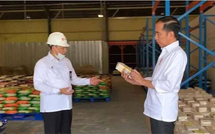 Presiden Joko Widodo berbincang dengan Direktur Utama Perum Bulog Budi Waseso saat meninjau Gudang Bulog di Kelapa Gading, Jakarta Utara, Rabu, 18 Maret 2020. Jokowi juga meninjau kualitas dari stok beras yang siap didistribusikan oleh Bulog. Foto: BPMI Setpres