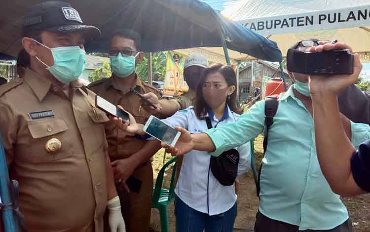 Bupati Pulang Pisau,H Edy Pratowo mengatakan Poslap Pulang Pisau belum bisa beroperasi 1 X2 4 jam karena kekurangan personel, Selasa, 21 April 2020