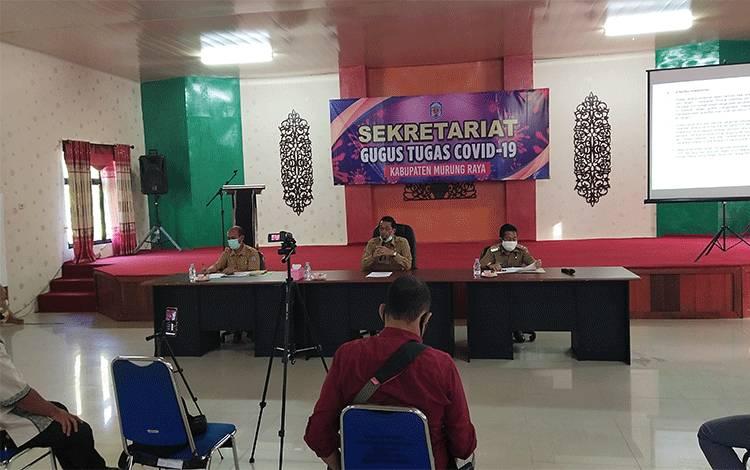 Bupati Murung Raya Perdie M. Yoseph saat sampaikan perkembangan Covid-19 di Kabupaten Murung Raya melalui konferensi pers.