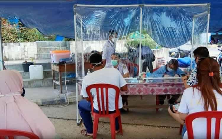 Pemeriksaan dan pendataan masyarakat yang masuk ke Kabupaten barito Utara di Posko covid-19 Kandui.