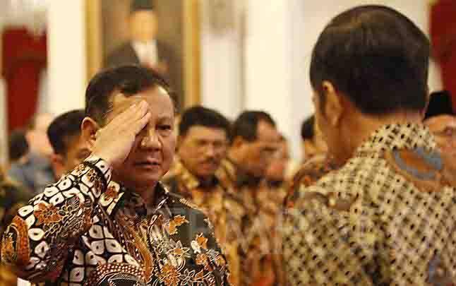 Menteri Pertahanan Prabowo Subianto memberi hormat kepada Presiden Joko Widodo alias Jokowi saat menghadiri Presidential Lecture Internalisasi dan Pembumian Pancasila di Istana Negara, Jakarta, Selasa, 3 Desember. (foto : TEMPO)