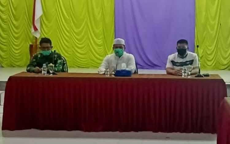Bupati Lamandau didampingi Kapolres dan Dandim saat menggelar konferensi pers, Jumatdi Aula Kantor Camat Sematu Jaya, Jumat 24 April 2020 malam