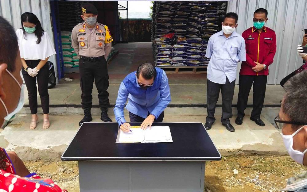 Bupati Murung Raya saat mendatangani kesepakatan kerjasama dengan forum Bulog